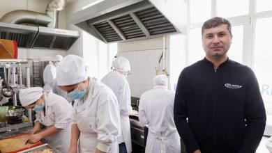 Photo of Părinții îi ascundeau în casă de rușine că au dizabilități. Sergiu Gurău îi angajează sau le oferă o meserie: ajutor de bucătar.