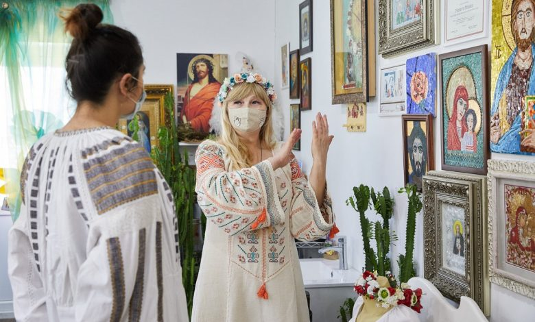 Photo of Liliana Starciuc ne demonstrează că vârsta nu contează în afaceri. Cu mâinile ei de aur brodează ii, face icoane și … accesează granturi europene!